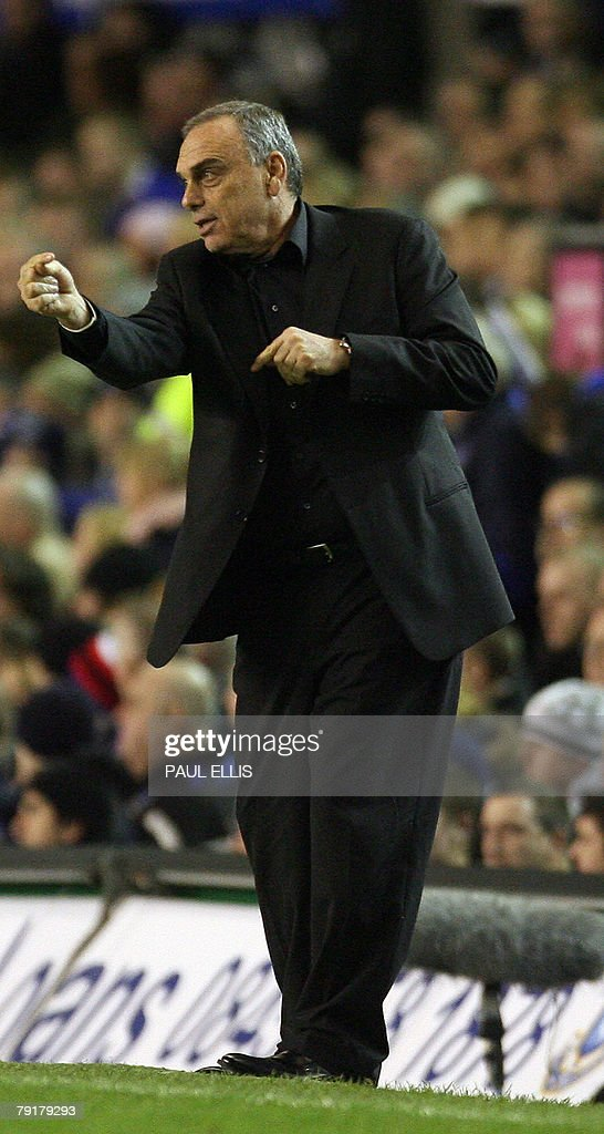 Chelsea manager Avram Grant instructs his players as they take on Everton in their English League Cup football match at Goodison Park, Liverpool, north-west England, 23 January 2008. AFP PHOTO/PAUL ELLIS - Mobile and website use of domestic English football pictures are subject to obtaining a Photographic End User Licence from Football DataCo Ltd Tel : +44 (0) 207 864 9121 or e-mail accreditations@football-dataco.com - applies to Premier and Football League matches.