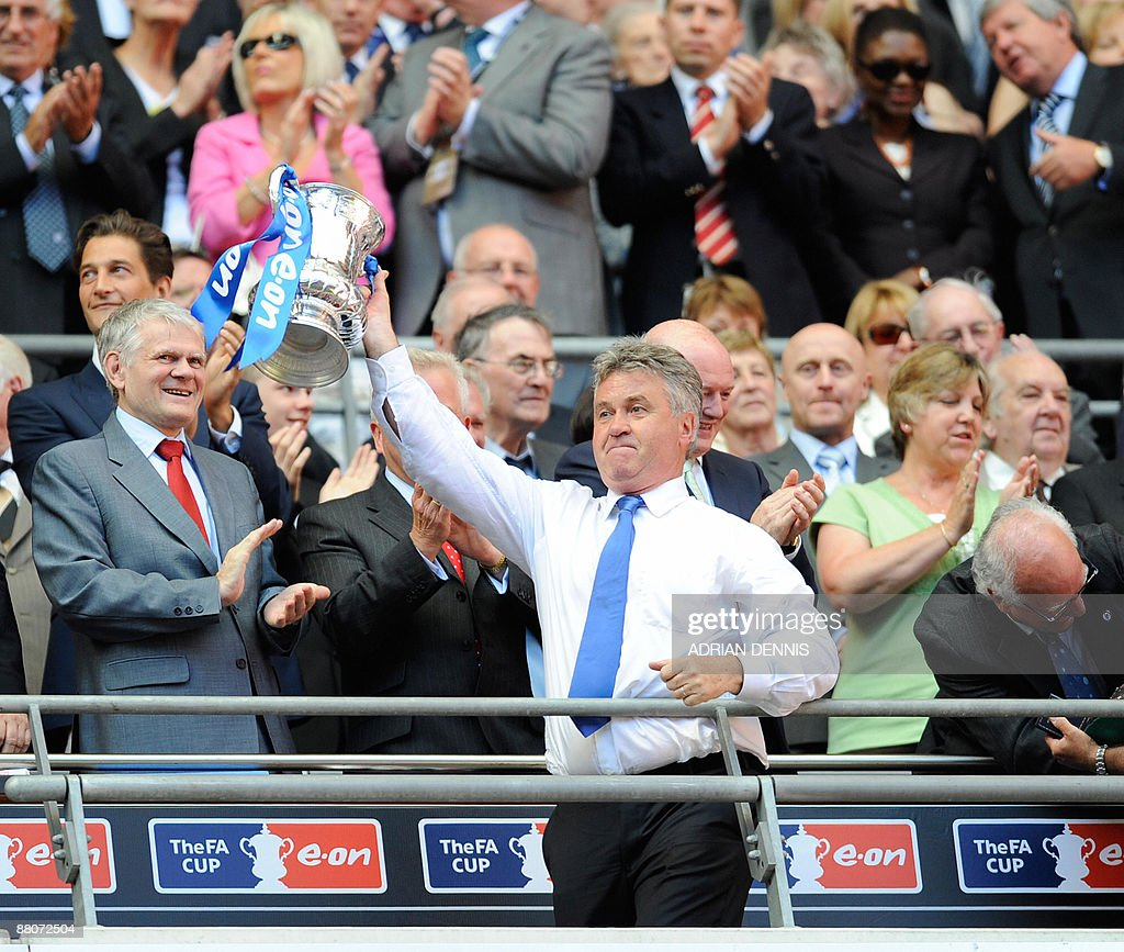 Chelsea manager Guus Hiddink lifts the F : News Photo