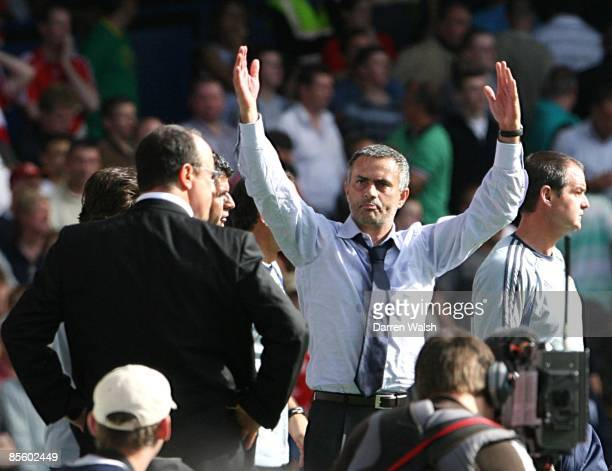 Chelsea manager Jose Mourinho celebrates victory as Liverpool manager Rafael Benitez stands dejected