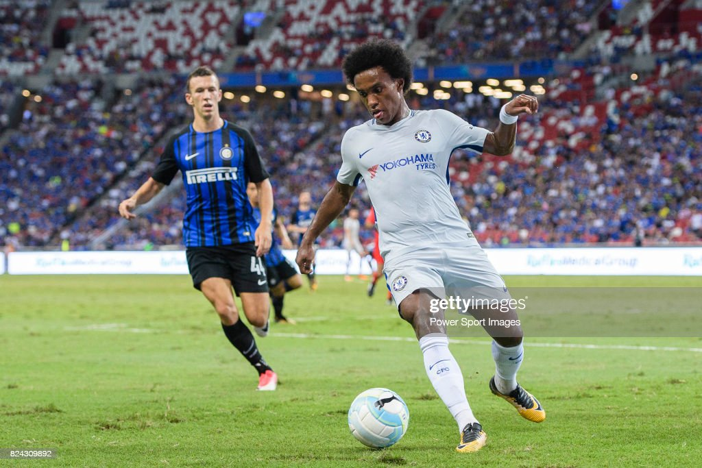 Chelsea Midfielder Willian da Silva (R) in action during the International Champions Cup 2017 match between FC Internazionale and Chelsea FC on July 29, 2017 in Singapore.