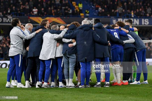 Chelsea players and staff form a huddle during the UEFA Europa League Semi Final Second Leg match between Chelsea and Eintracht Frankfurt at Stamford...
