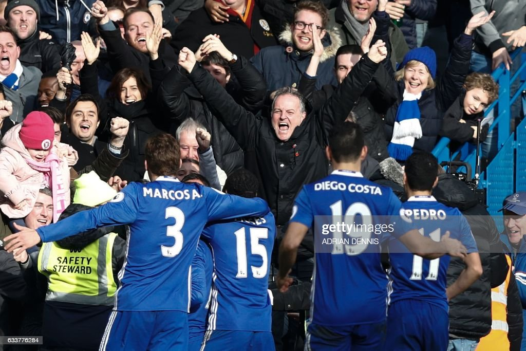 Chelsea players celebrate after their Belgian midfielder Eden Hazard sored their second goal during the English Premier League football match between Chelsea and Arsenal at Stamford Bridge in London on February 4, 2017. / AFP / Adrian DENNIS / RESTRICTED TO EDITORIAL USE. No use with unauthorized audio, video, data, fixture lists, club/league logos or 'live' services. Online in-match use limited to 75 images, no video emulation. No use in betting, games or single club/league/player publications. /