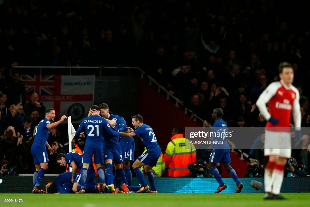 Chelsea players celebrate their second goal during the English Premier League football match between Arsenal and Chelsea at the Emirates Stadium in London on January 3, 2018. / AFP PHOTO / Adrian DENNIS / RESTRICTED TO EDITORIAL USE. No use with unauthorized audio, video, data, fixture lists, club/league logos or 'live' services. Online in-match use limited to 75 images, no video emulation. No use in betting, games or single club/league/player publications. /