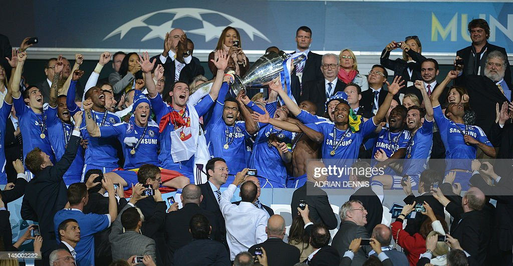 Chelsea players celebrate with the troph : News Photo