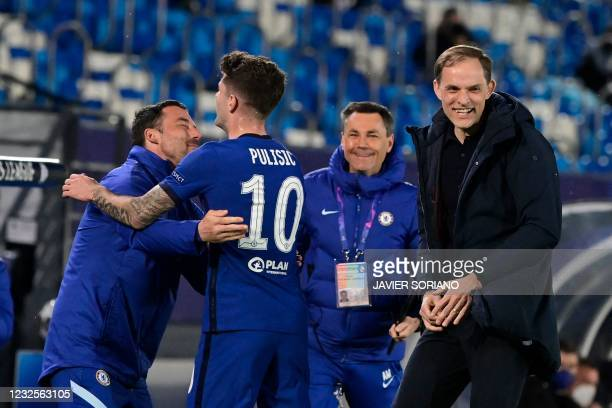 Chelsea's American midfielder Christian Pulisic celebrates with Chelsea's German coach Thomas Tuchel and teammates after scoring during the UEFA...