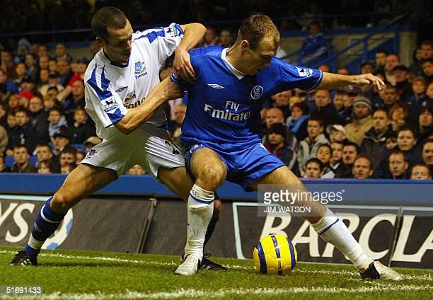 Chelsea's Arjen Robben vies for position against Everton's Leon Osman during Premiership football 06 November 2004 at Stamford Bridge in London...