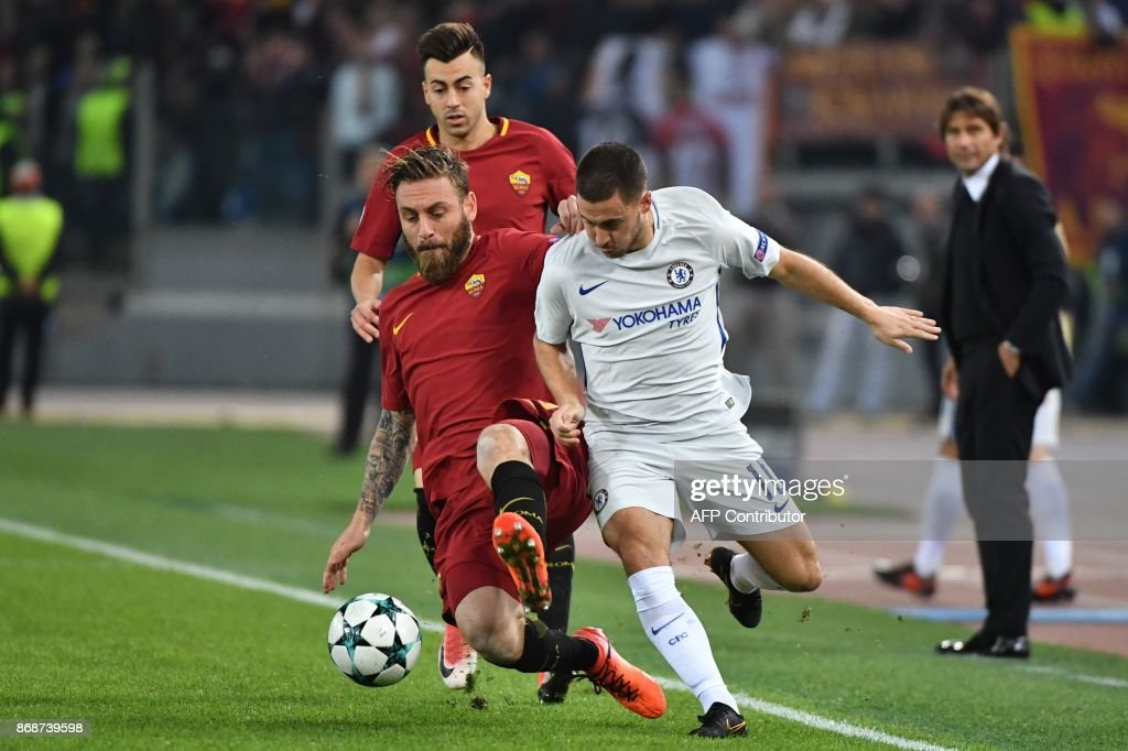 Chelsea's Belgian midfielder Eden Hazard (R) fights for the ball with Roma's Italian midfielder Daniele De Rossi during the UEFA Champions League football match AS Roma vs Chelsea on October 31, 2017 at the Olympic Stadium in Rome. / AFP PHOTO / Alberto PIZZOLI