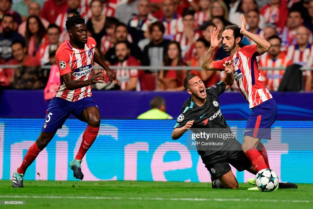 Chelsea's Belgian midfielder Eden Hazard (C) vies with Atletico Madrid's defender Juanfran during the UEFA Champions League Group C football match Club Atletico de Madrid vs Chelsea FC at the Metropolitan stadium in Madrid on September 27, 2017. /