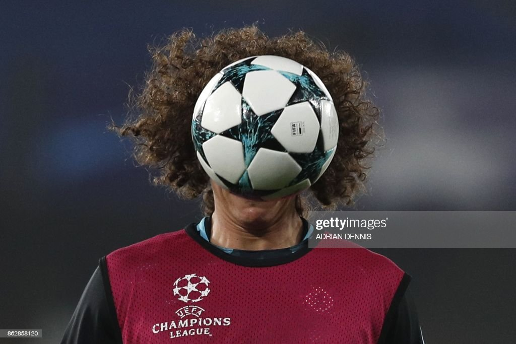 Chelsea's Brazilian defender David Luiz warms up before a UEFA Champions league group stage football match between Chelsea and Roma at Stamford Bridge in London on October 18, 2017. / AFP PHOTO / Adrian DENNIS