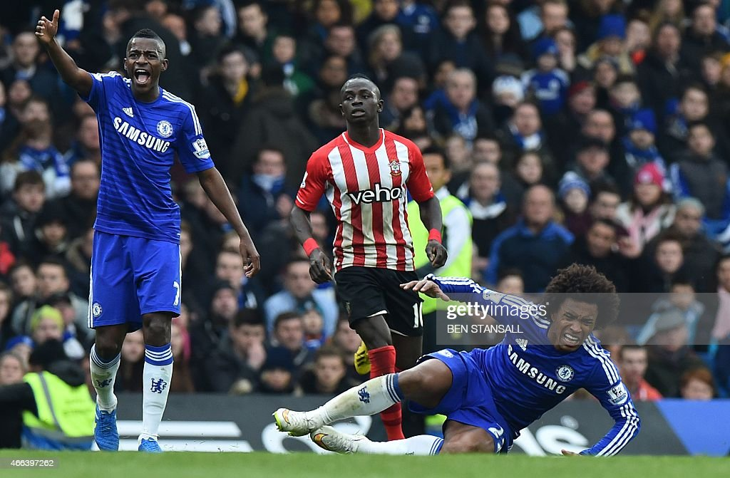 Chelsea's Brazilian midfielder Ramires (L) and Chelsea's Brazilian midfielder Willian (R) react after a challenge from Southampton's Serbian midfielder Filip Djuricic (not pictured) during the English Premier League football match between Chelsea and Southampton at Stamford Bridge in London on March 15, 2015. AFP PHOTO / BEN STANSALL OR 'LIVE' SERVICES. ONLINE