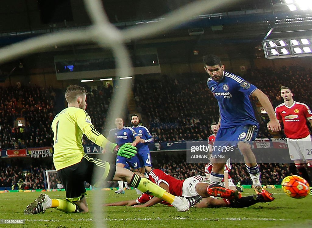 Chelsea's Brazilian-born Spanish striker Diego Costa (R) rounds Manchester United's Spanish goalkeeper David de Gea (L) to score during the English Premier League football match between Chelsea and Manchester United at Stamford Bridge in London on February 7, 2016. / AFP / ADRIAN DENNIS / RESTRICTED TO EDITORIAL USE. No use with unauthorized audio, video, data, fixture lists, club/league logos or 'live' services. Online in-match use limited to 75 images, no video emulation. No use in betting, games or single club/league/player publications. /