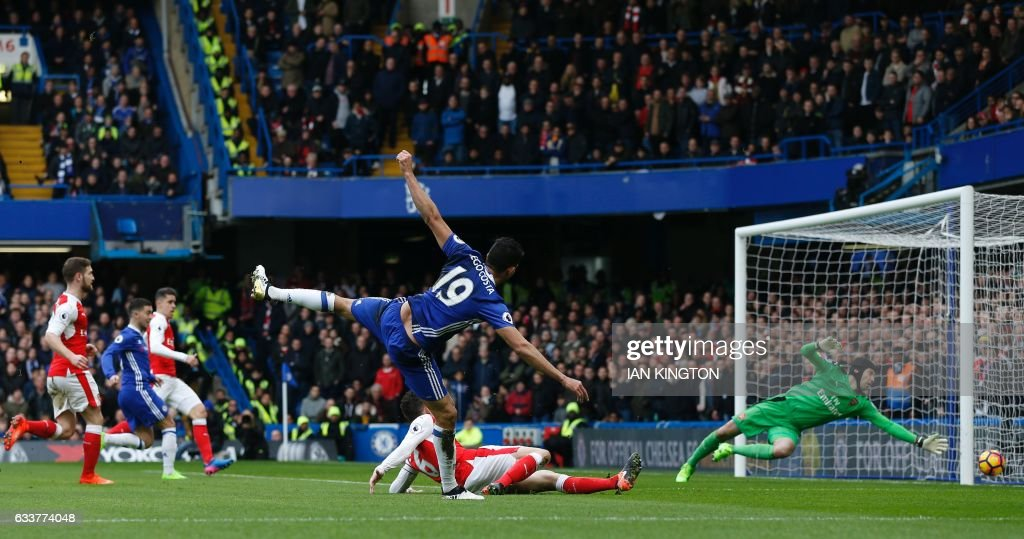 TOPSHOT - Chelsea's Brazilian-born Spanish striker Diego Costa (C) sends a shot wide during the English Premier League football match between Chelsea and Arsenal at Stamford Bridge in London on February 4, 2017. / AFP / Ian KINGTON / RESTRICTED TO EDITORIAL USE. No use with unauthorized audio, video, data, fixture lists, club/league logos or 'live' services. Online in-match use limited to 75 images, no video emulation. No use in betting, games or single club/league/player publications. /