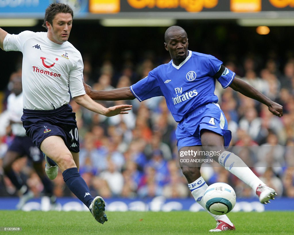 Chelsea's Claude Makelele (R) vies for t : News Photo