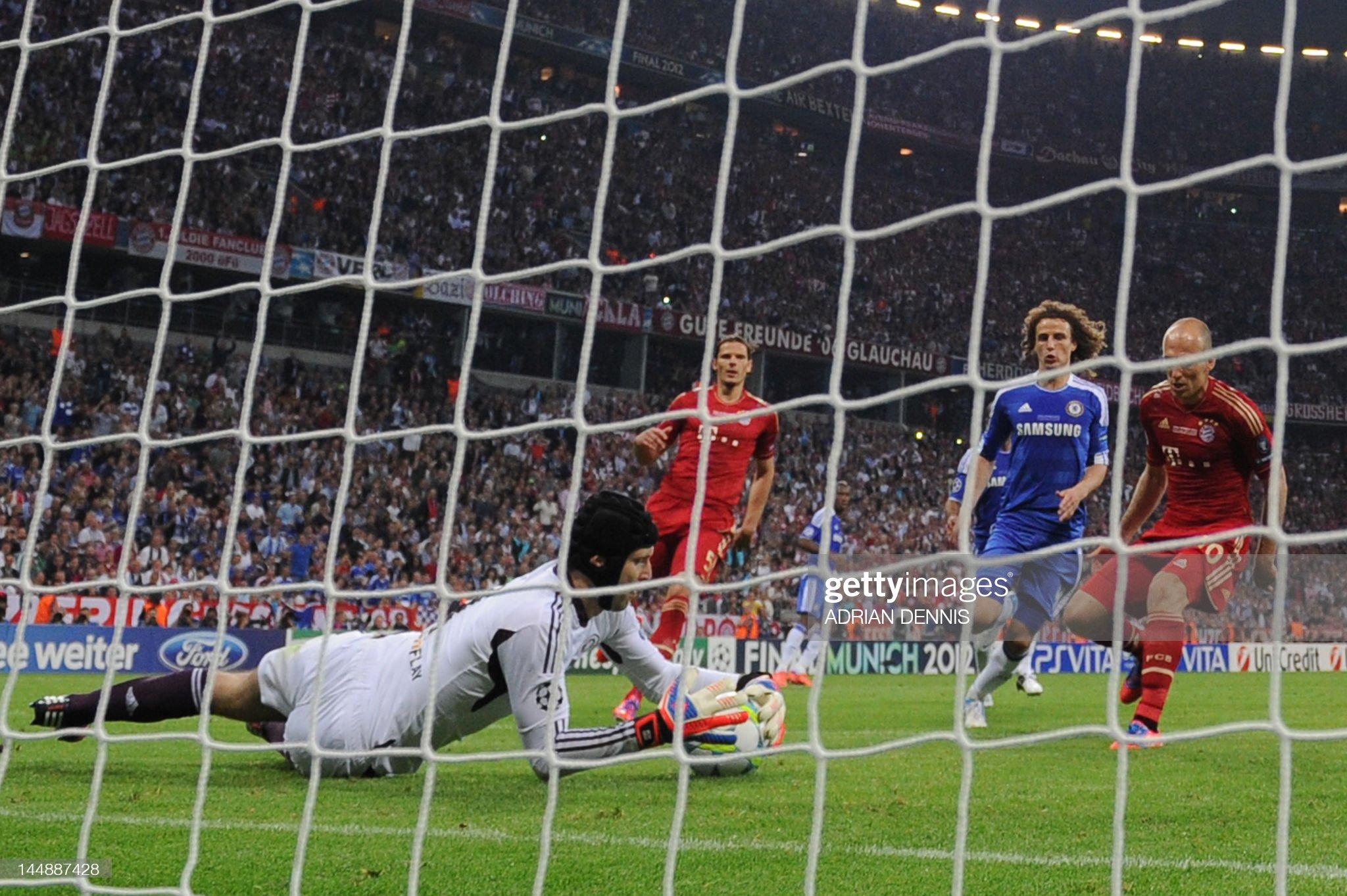 Chelsea's Czech goalkeeper Petr Cech (L) : Fotografia de notícias