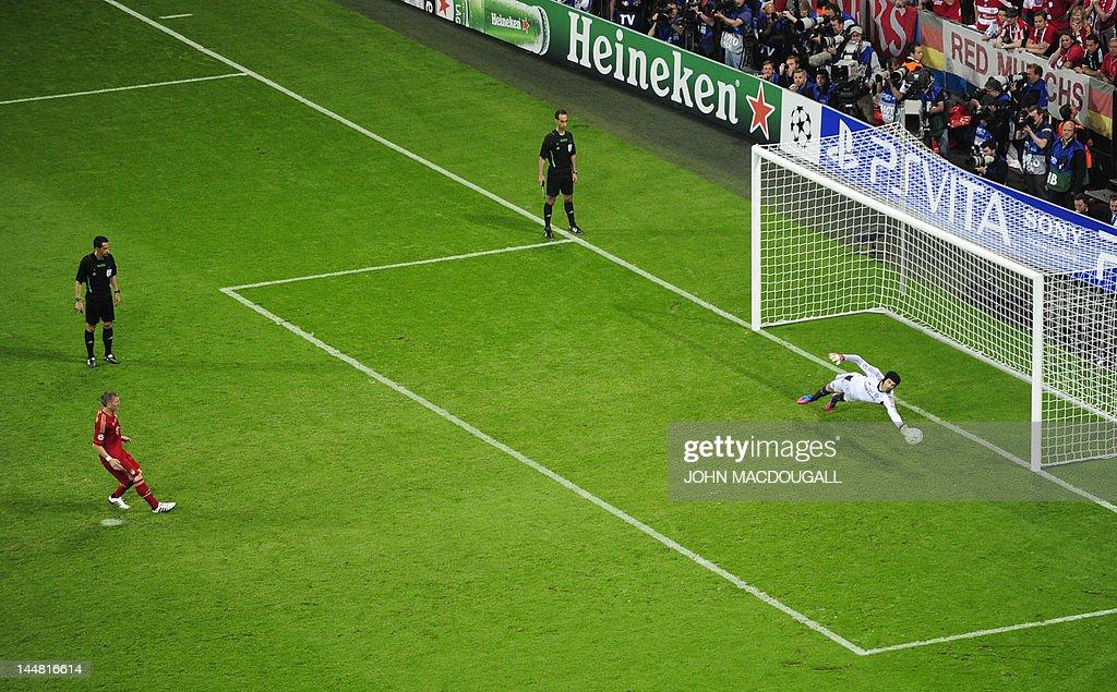 Chelsea's Czech goalkeeper Petr Cech (R) : News Photo