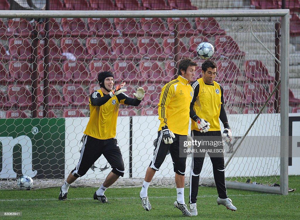 Chelsea's Czech goalkeeper Petr Cech (L) : News Photo