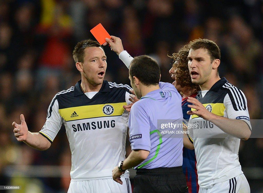 Chelsea's defender John Terry (L) receiv : News Photo