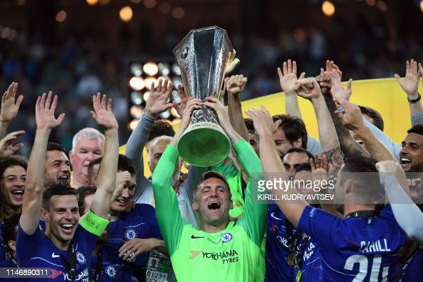 Chelsea's English goalkeeper Robert Green holds the trophy as he celebrates with teammates after winning the UEFA Europa League final football match...