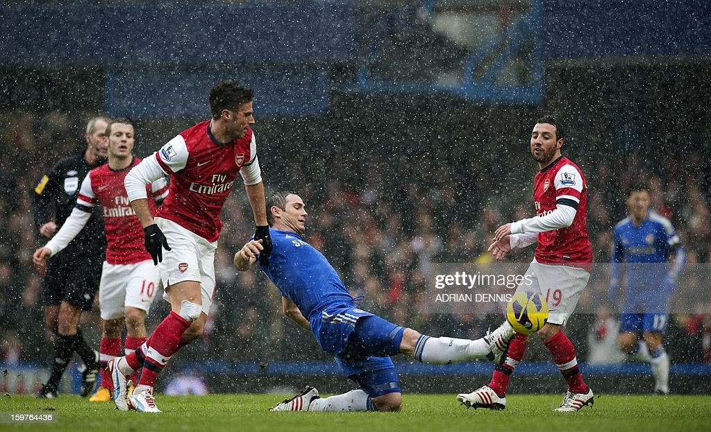 """Chelsea's English midfielder Frank Lampard (C) stretches for the ball against Arsenal during the English Premier League football match between Chelsea and Arsenal at Stamford Bridge in London on January 20, 2013. USE. No use with unauthorized audio, video, data, fixture lists, club/league logos or """"live"""" services. Online in-match use limited to 45 images, no video emulation. No use in betting, games or single club/league/player publications."""