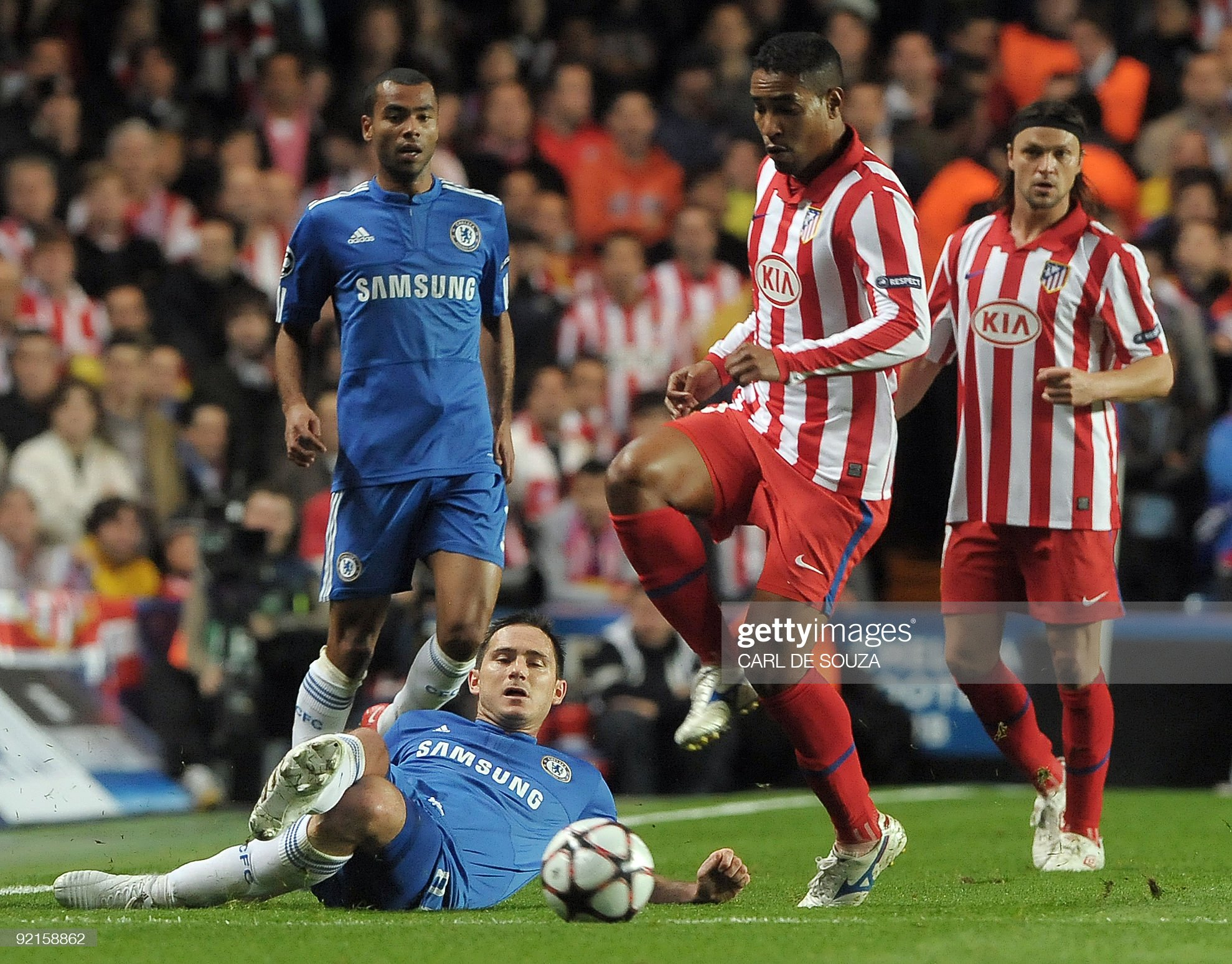 Chelsea's Frank Lampard (C) and Atletico : News Photo