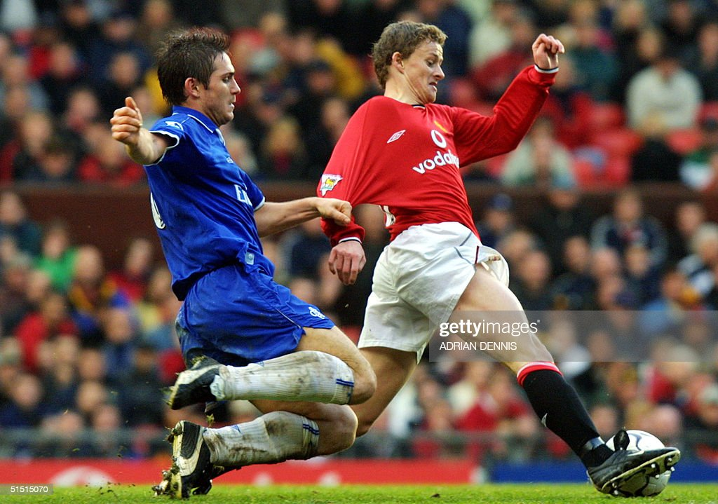 Chelsea's Frank Lampard (L) chases down Manchester : News Photo
