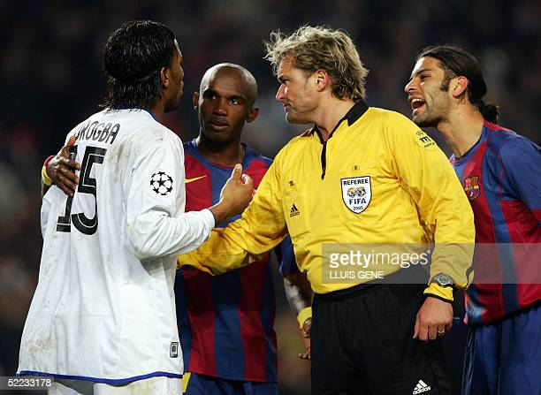 Chelsea's French Didier Drogba Barcelona's Eto'o of Cameroon the referee Anders Frisk and Barcelona's Mexican Marquez talk during their Champions...