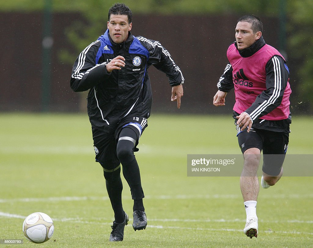 Chelsea's German footballer Michael Ballack (L) vies with English player Frank Lampard during a training session at their grounds in Cobham, Surrey, on May 27, 2009. Chelsea will play against Everton in the FA Cup Final at Wembley on May 30, 2009. AFP PHOTO/IAN KINGTON FOR EDITORIAL USE ONLY Additional licence required for any commercial/promotional use or use on TV or internet (except identical online version of newspaper) of Premier League/Football League photos. Tel DataCo +44 207 2981656. Do not alter/modify photo.