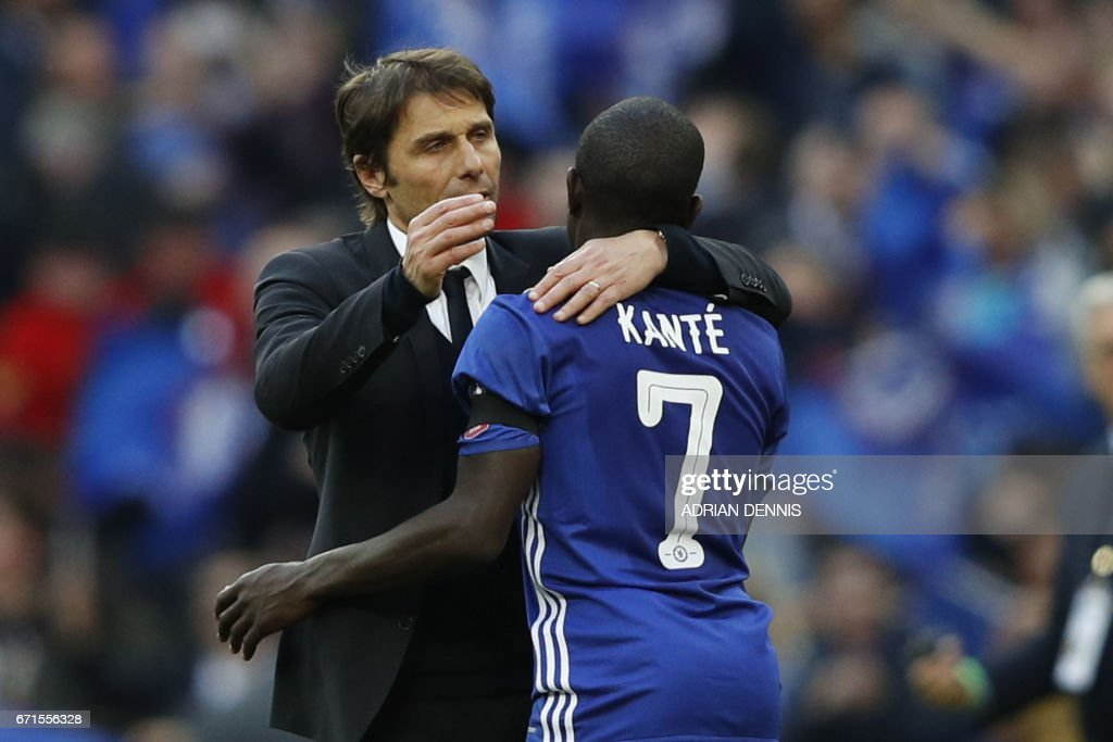 Chelsea's Italian head coach Antonio Conte (L) celebrates victory with Chelsea's French midfielder N'Golo Kante after the FA Cup semi-final football match between Tottenham Hotspur and Chelsea at Wembley stadium in London on April 22, 2017. / AFP PHOTO / Adrian DENNIS / NOT