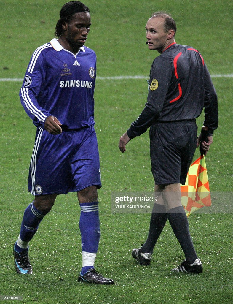 Chelsea's Ivorian forward Didier Drogba (L) walks off the pitch after being given a red card during the final of the UEFA Champions League football match against Manchester United at the Luzhniki stadium in Moscow on May 21, 2008.