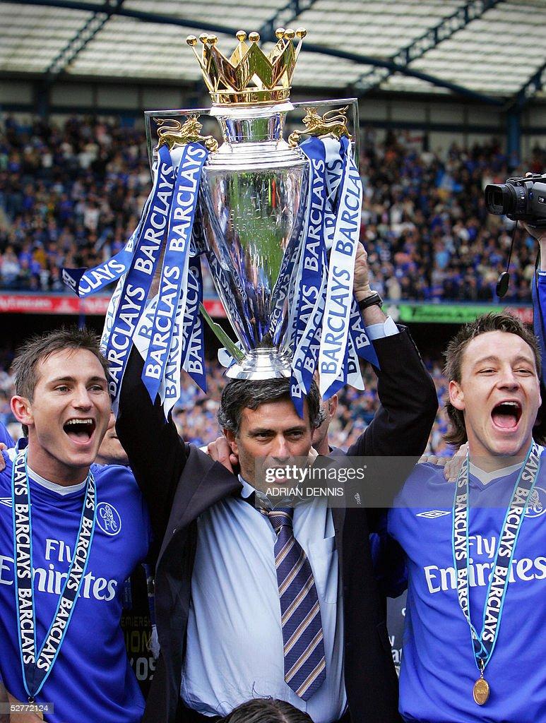 Chelsea's Manager Jose Mourinho (C) hold : News Photo