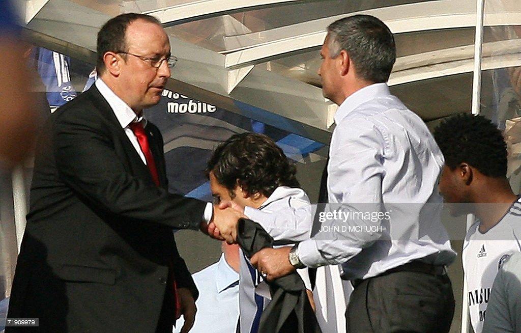 Chelsea's manager Jose Mourinho (R) shak : News Photo