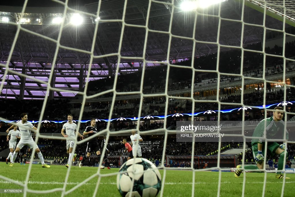 Chelsea's midfielder from Spain Francesc Fabregas (L) celebrates after scoring the team's third goal from the penalty spot as Qarabag's goalkeeper from Bosnia-Herzegovina Ibrahim Sehic reacts during the UEFA Champions League Group C football match between Qarabag FK and Chelsea FC in Baku on November 22, 2017. / AFP PHOTO / Kirill KUDRYAVTSEV