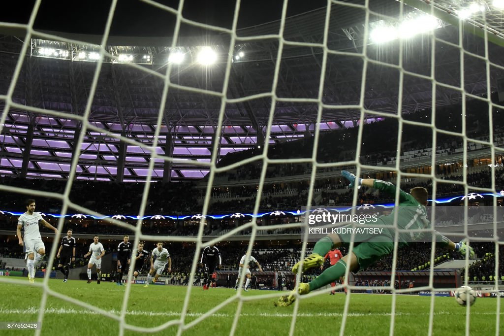 Chelsea's midfielder from Spain Francesc Fabregas (L) scores the team's third goal from the penalty spot during the UEFA Champions League Group C football match between Qarabag FK and Chelsea FC in Baku on November 22, 2017. / AFP PHOTO / Kirill KUDRYAVTSEV
