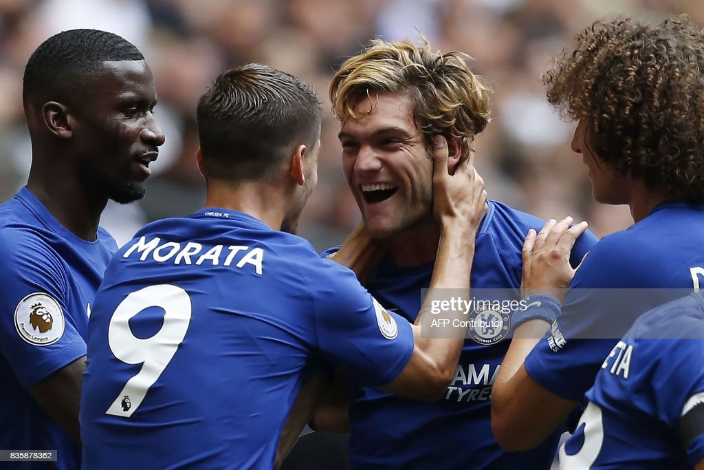 Chelsea's Spanish defender Marcos Alonso (C) celebrates with teammates scoring the team's first goal during the English Premier League football match between Tottenham Hotspur and Chelsea at Wembley Stadium in London, on August 20, 2017. / AFP PHOTO / IKIMAGES / Ian KINGTON / RESTRICTED TO EDITORIAL USE. No use with unauthorized audio, video, data, fixture lists, club/league logos or 'live' services. Online in-match use limited to 45 images, no video emulation. No use in betting, games or single club/league/player publications.