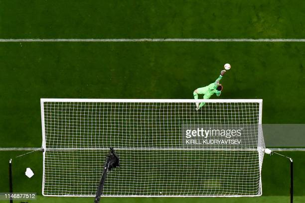 TOPSHOT Chelsea's Spanish goalkeeper Kepa Arrizabalaga dives for the ball during the UEFA Europa League final football match between Chelsea FC and...