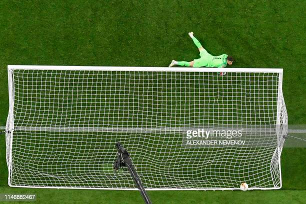 Chelsea's Spanish goalkeeper Kepa Arrizabalaga fails to save the 31 goal during the UEFA Europa League final football match between Chelsea FC and...