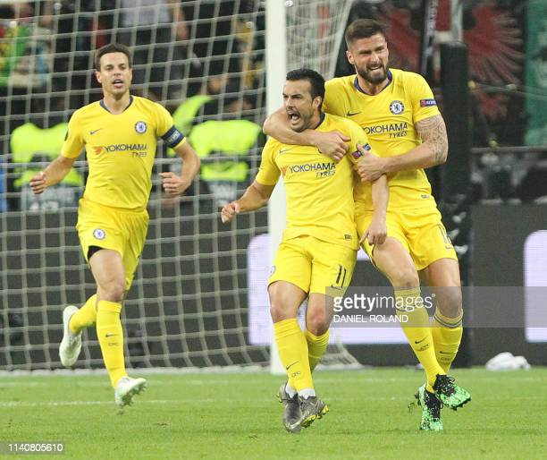 Chelsea's Spanish midfielder Pedro celebrates scoring the 11 equaliser with his teammates during the UEFA Europa League semifinal first leg football...