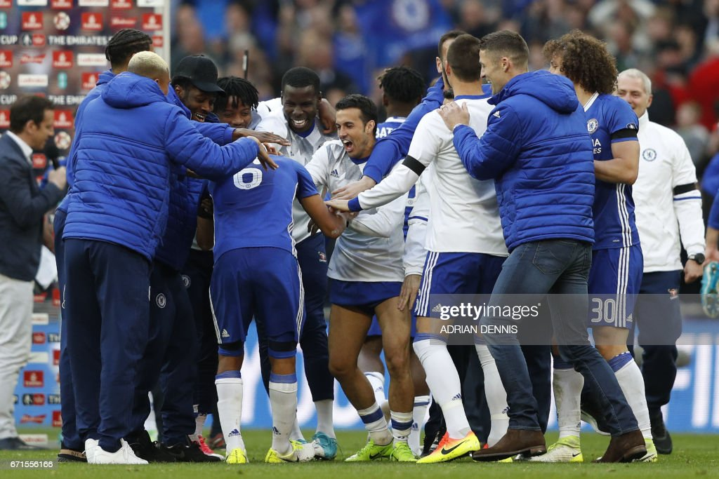 Chelsea's Spanish midfielder Pedro (C) celebrates victory with teammates after the FA Cup semi-final football match between Tottenham Hotspur and Chelsea at Wembley stadium in London on April 22, 2017. / AFP PHOTO / Adrian DENNIS / NOT