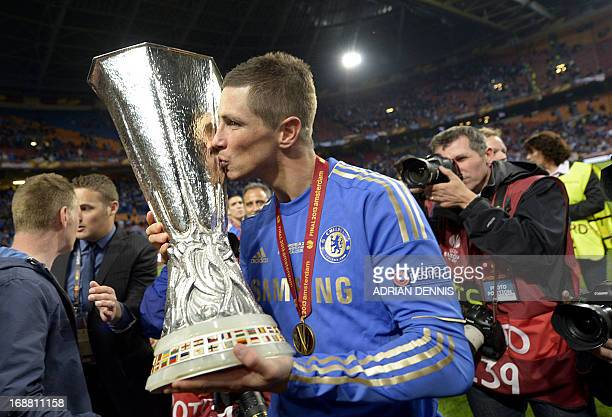 Chelsea's Spanish striker Fernando Torres kisses the trophy after winning the UEFA Europa League final football match between Benfica and Chelsea on...