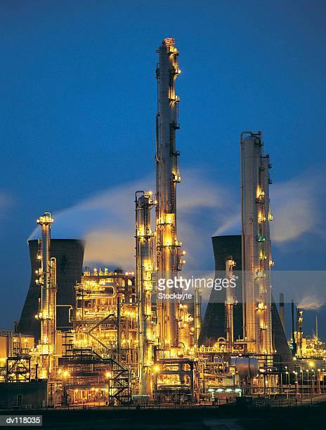 chemical plant at night,lothian,uk - ロージアン ストックフォトと画像
