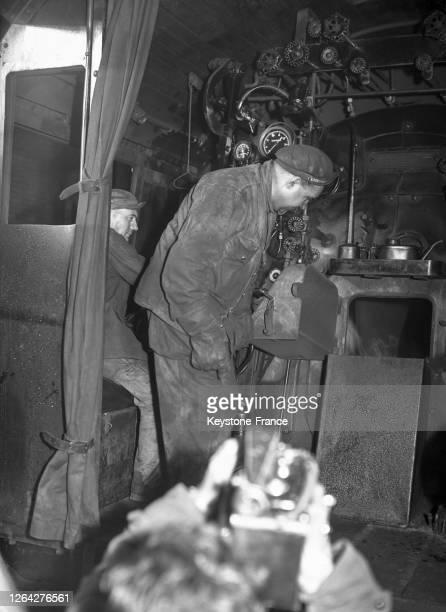 Cheminot au travail dans la locomotive à vapeur transformée en machine chauffée au mazout, à Vitry, France en 1947.