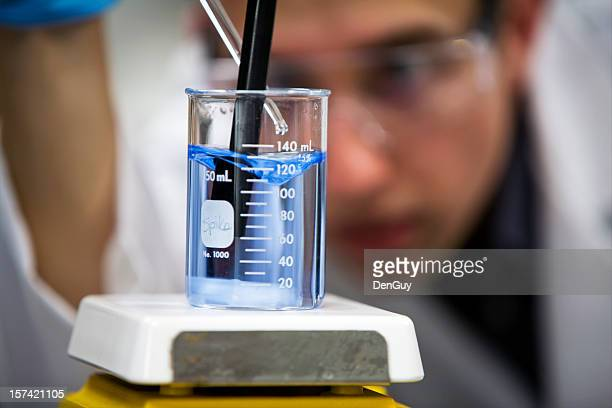 químico em laboratório foco no copo grande plano - águas residuais imagens e fotografias de stock