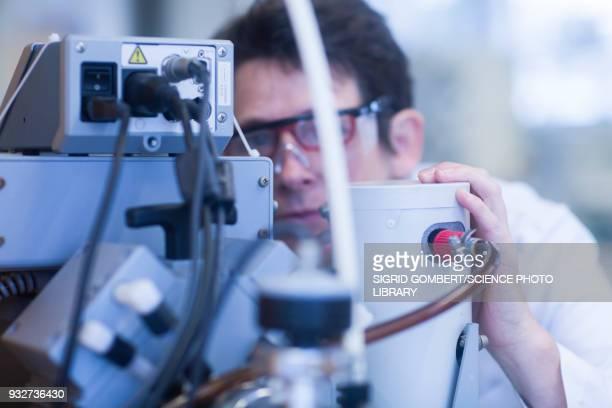 chemist working with vacuum pump - sigrid gombert stockfoto's en -beelden