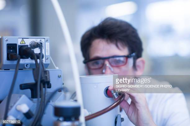 chemist working with vacuum pump - sigrid gombert - fotografias e filmes do acervo