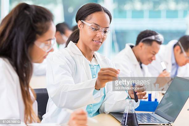 chemists work on project in lab - biologia - fotografias e filmes do acervo