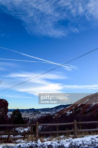 chemtrails against blue sky, red rocks park and amphitheatre, morrison county, colorado, usa - chemtrails stock-fotos und bilder