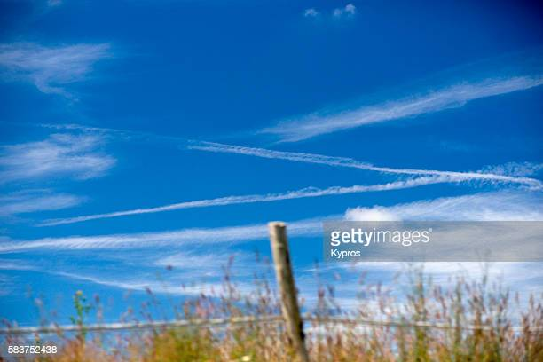 chemtrails or contrails (depending on your point of view and knowledge) - chemtrails stock-fotos und bilder