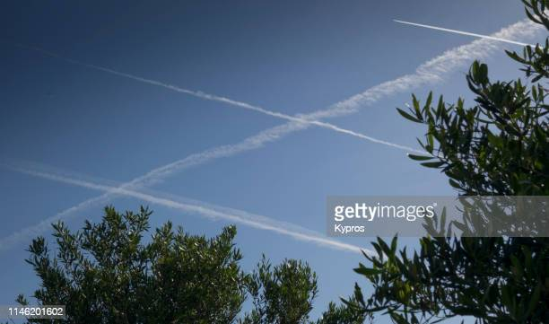 chemtrails or skytrails (depending on your point of view and knowledge) - chemtrails stock-fotos und bilder