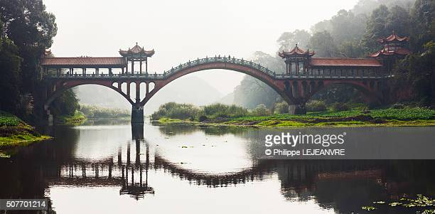 chengdu leshan zhuoying ancient bridge panorama - ponte ad arco foto e immagini stock
