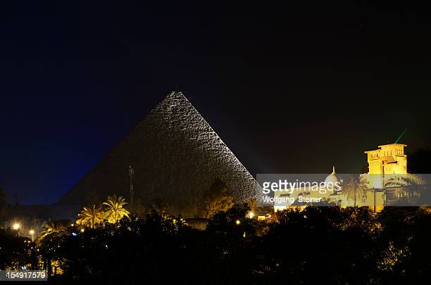 cheops pyramid at dusk - pyramid shapes around the house stock pictures, royalty-free photos & images
